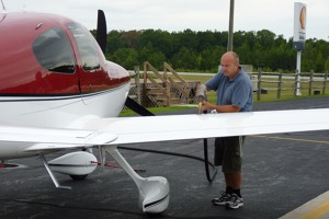 Farmville, Virginia, USA - tankování Cirrus SR 20 N427CR